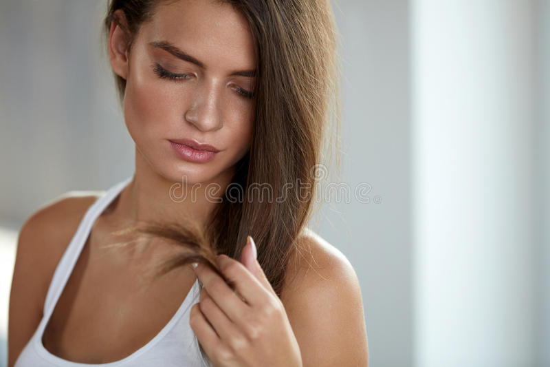 有分裂的美丽的妇女结束头发 护发概念 免版税库存照片