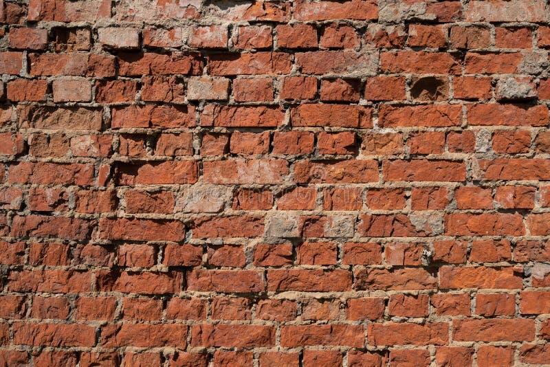 有切削的膏药和坚硬阴影的老砖墙 库存照片