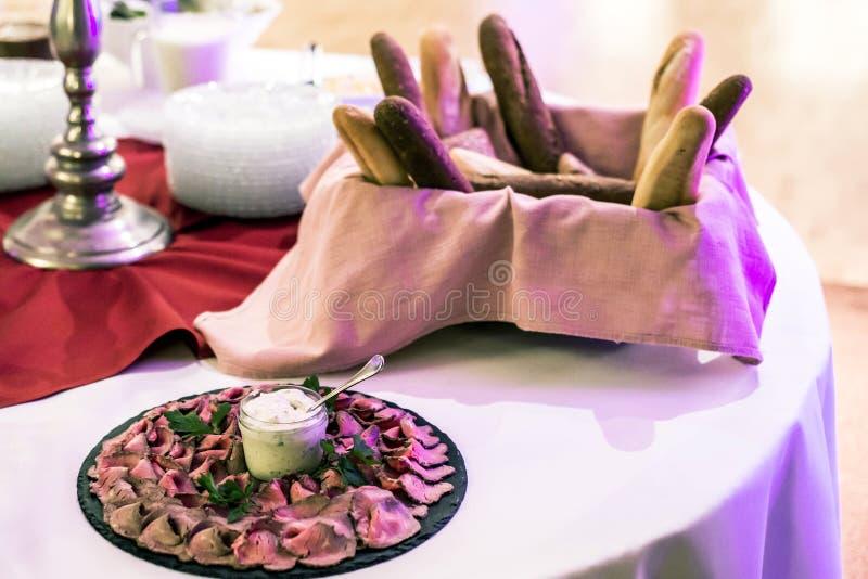 有切的火腿牛肉快餐可口片断的食物板材  用不同的面包类型的自助餐桌 库存图片