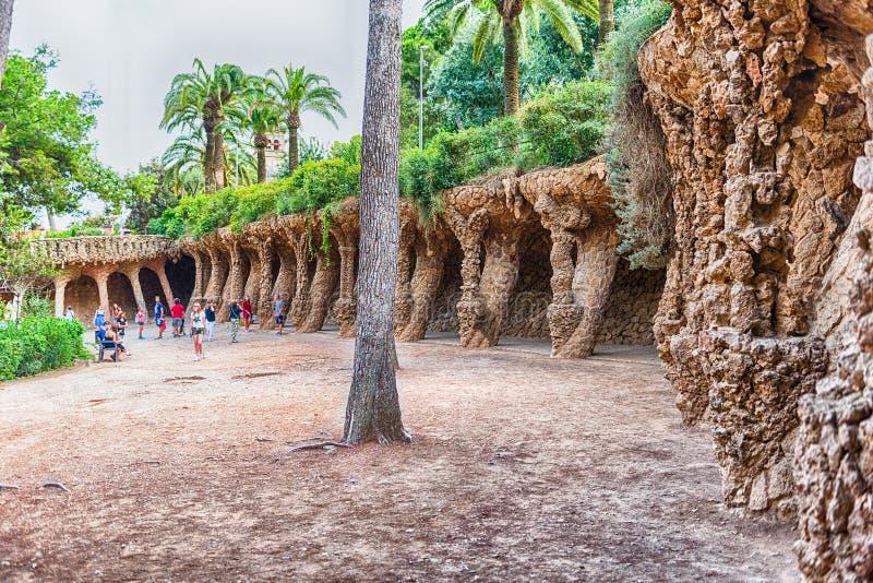 有列柱路在公园Guell,巴塞罗那,卡塔龙尼亚,西班牙 免版税库存图片