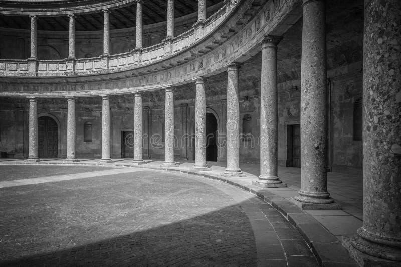 有列的两层的宫殿在西班牙,欧洲。 免版税库存照片