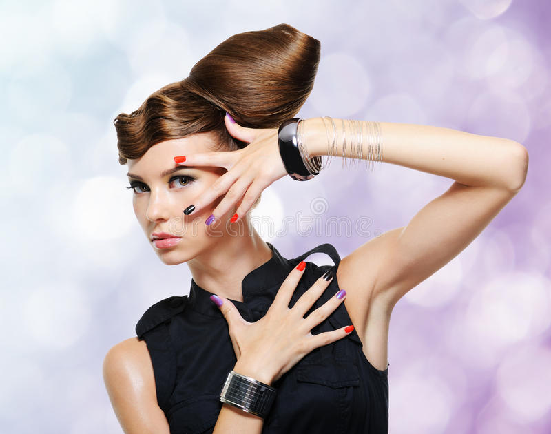 有创造性的发型的美丽的魅力女孩 免版税库存照片