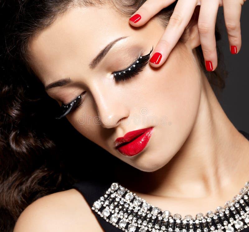 有创造性的构成的妇女使用假睫毛 库存图片