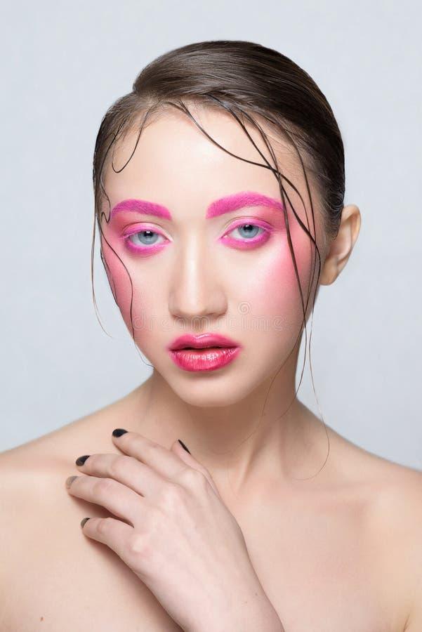 有创造性的桃红色五颜六色的构成的妇女 库存照片