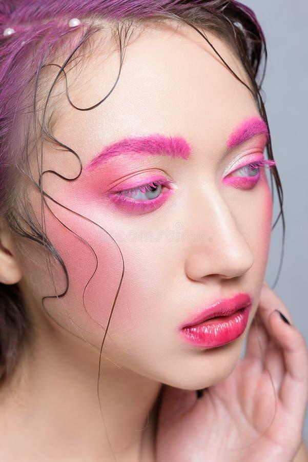 有创造性的桃红色五颜六色的构成的妇女 免版税库存图片