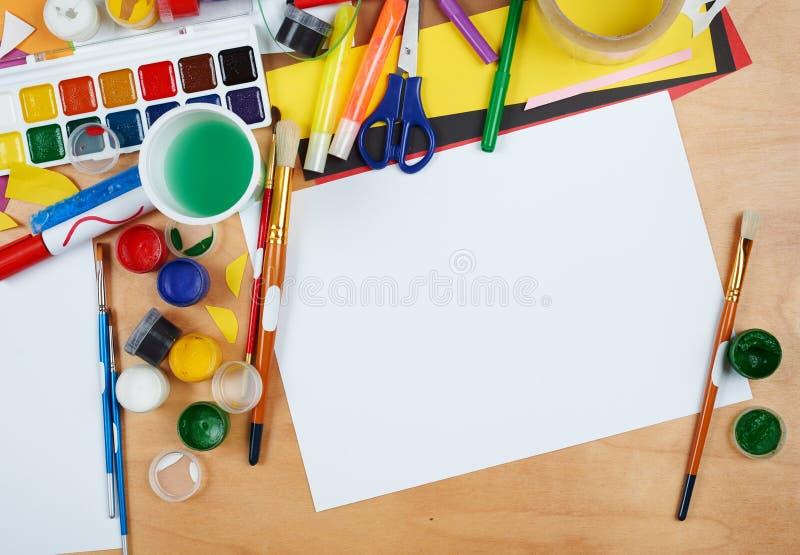 有创造性的辅助部件,艺术工具为绘和画的艺术品工作场所 免版税库存照片