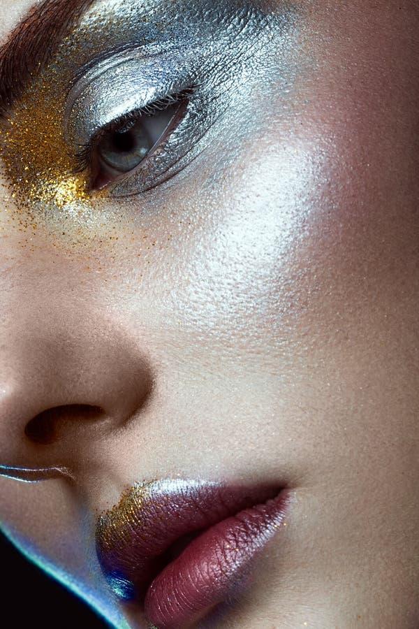 有创造性的金黄和银色闪烁构成的美丽的女孩 秀丽表面 库存图片