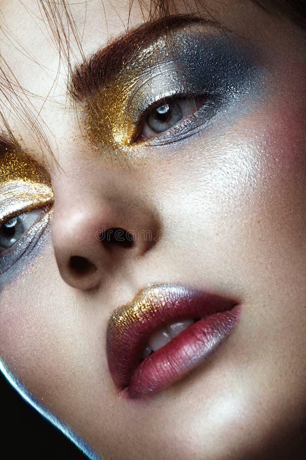 有创造性的金黄和银色闪烁构成的美丽的女孩 秀丽表面 库存照片