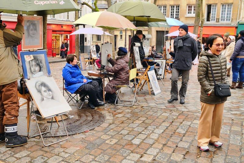 有到位他的绘画du Tertre广场的公开画家在巴黎的XVIIIe arrondissement (蒙马特) 库存照片