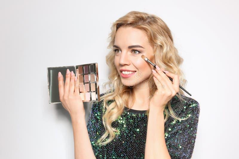 有刷子和眼影膏调色板的秀丽博客作者 免版税库存图片
