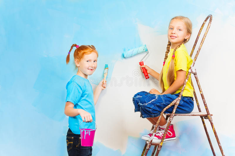 有刷子的两个微笑的女孩 免版税库存图片