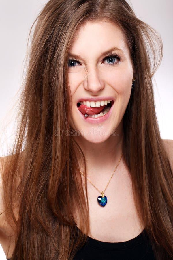 有刺穿的女孩在舌头 库存照片