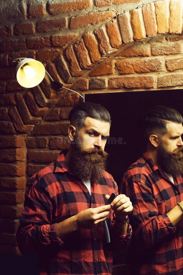 有剃刀的人在镜子附近 图库摄影