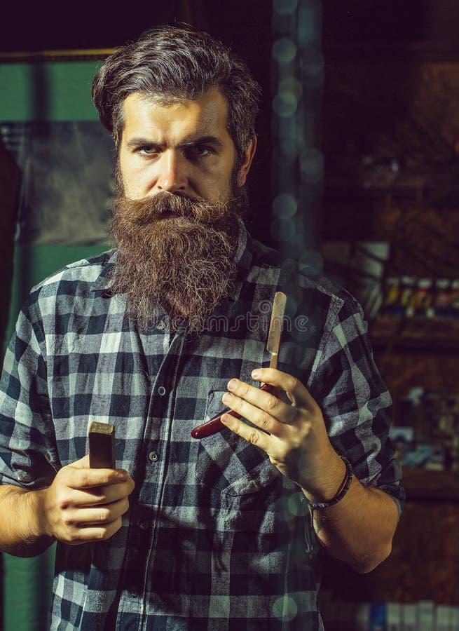 有剃刀的有胡子的理发师人 免版税库存图片