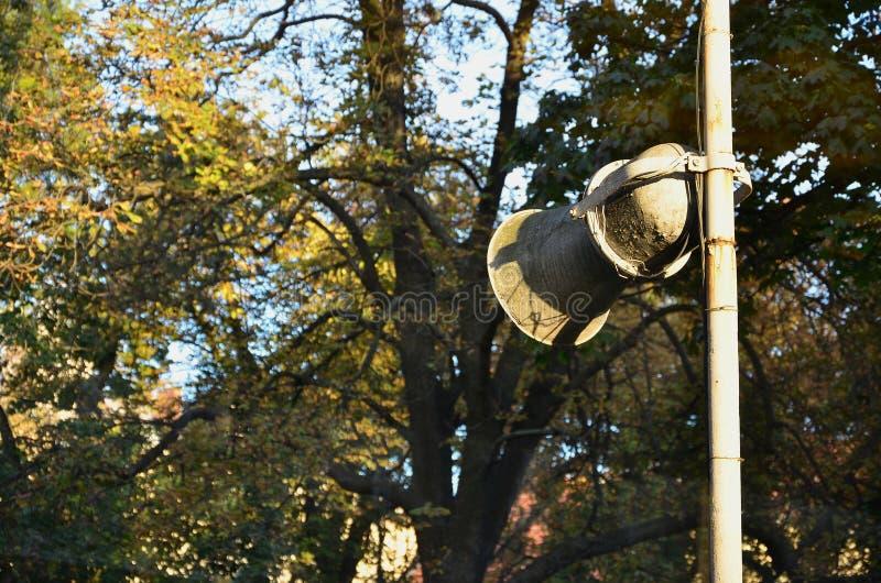有削皮油漆的老垫铁在柱子被安装 口头信息传输的设备  图库摄影