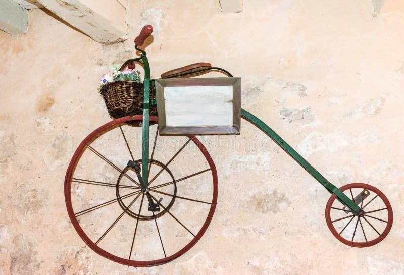 有前轮脚蹬的老自行车 免版税库存图片