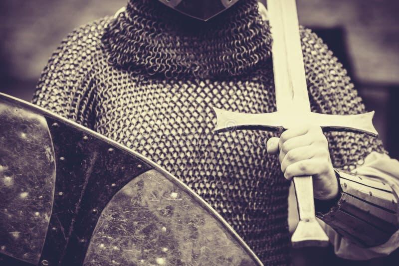 有剑和盾的骑士 免版税库存照片