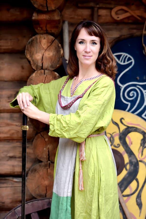 有剑的北欧海盗妇女 库存图片