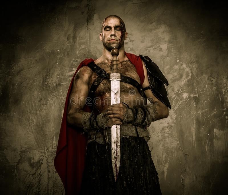 有剑的受伤的争论者 免版税库存图片