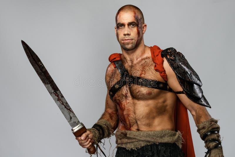 有剑的受伤的争论者 免版税图库摄影