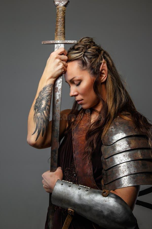 有剑的意想不到的妇女战士 库存图片