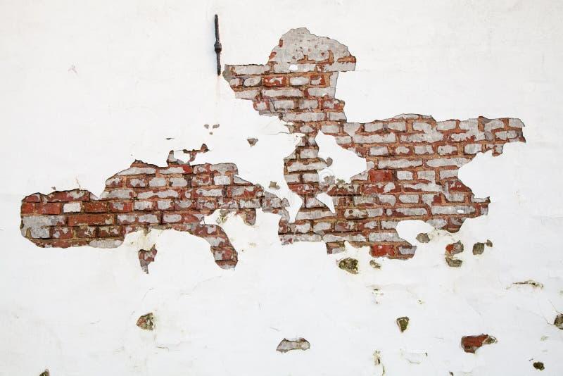 有剥落的油漆和的黏土的老红砖墙壁 免版税图库摄影