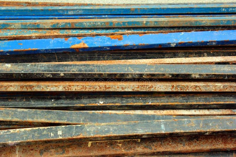 有剥落的油漆的生锈的钢管 免版税库存照片