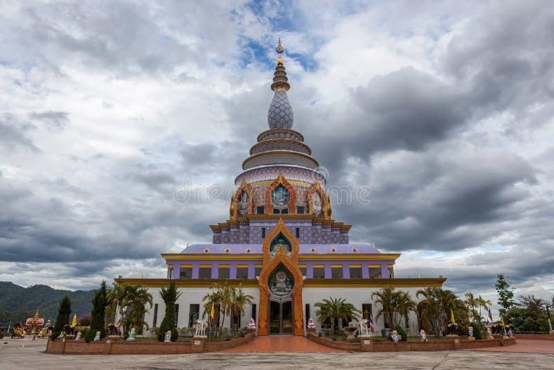 有剧烈多云的Wat Thaton水晶塔 图库摄影