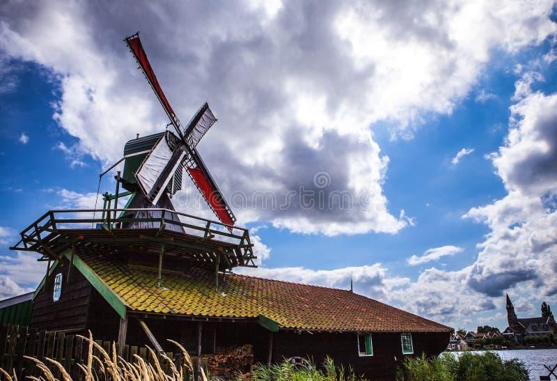 有剧烈的多云天空的荷兰风车 库存图片