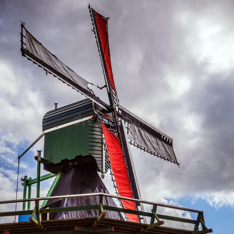 有剧烈的多云天空的荷兰风车 库存照片