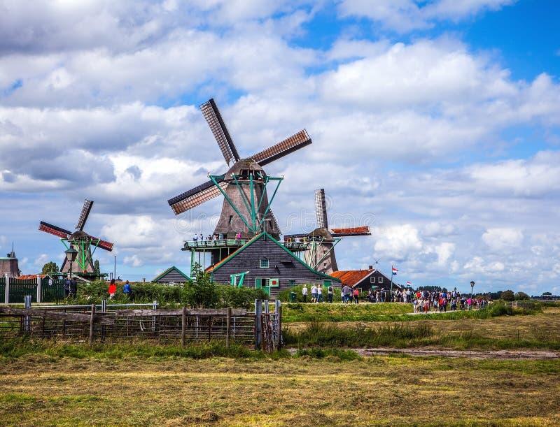 有剧烈的多云天空的荷兰风车 免版税库存照片