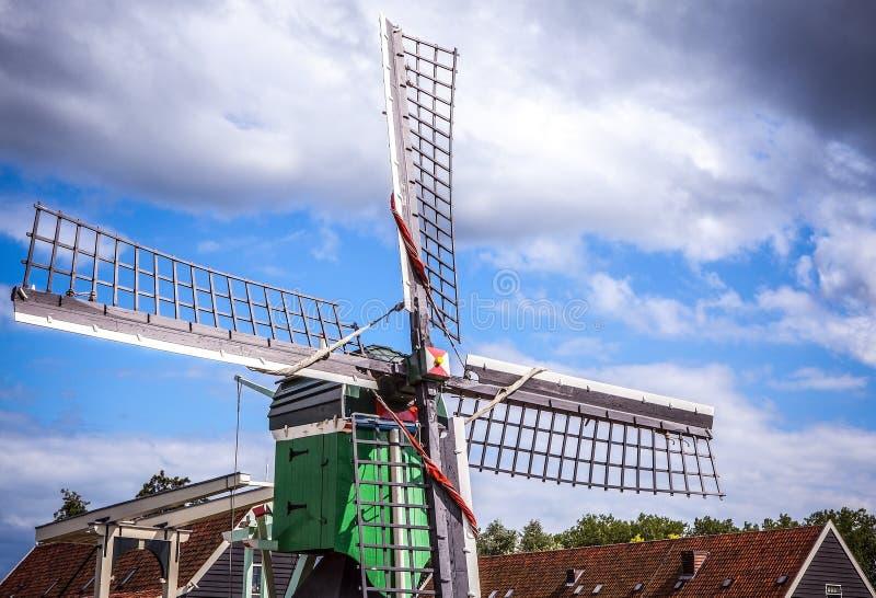 有剧烈的多云天空的荷兰风车 免版税图库摄影