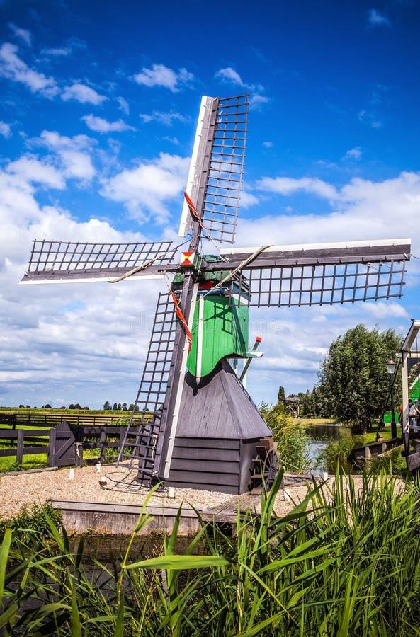 有剧烈的多云天空的荷兰风车 免版税库存图片