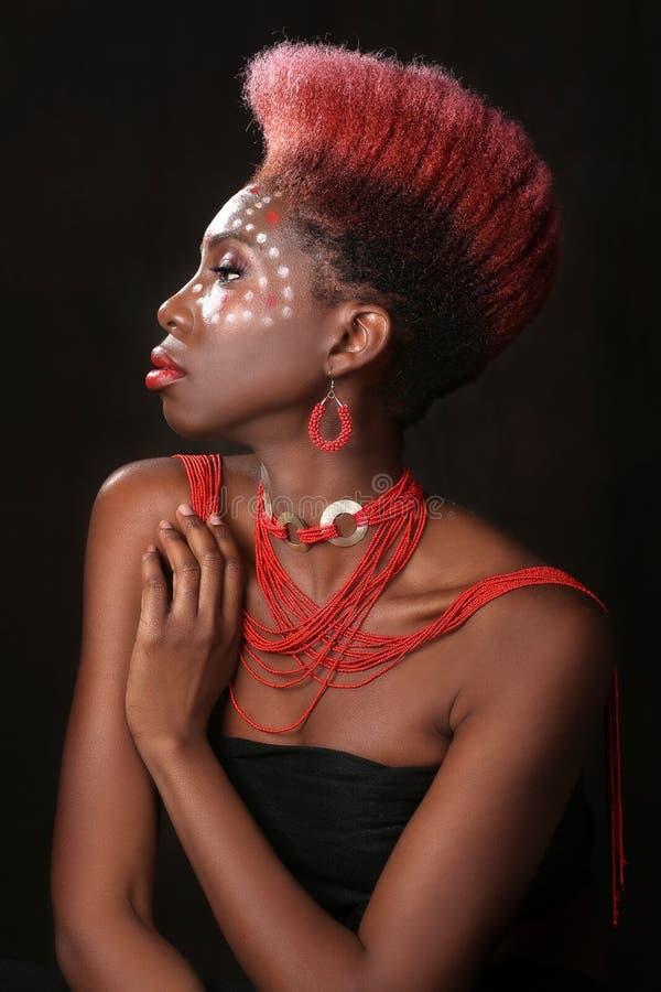 有剧烈的照明设备的非裔美国人的妇女 库存照片