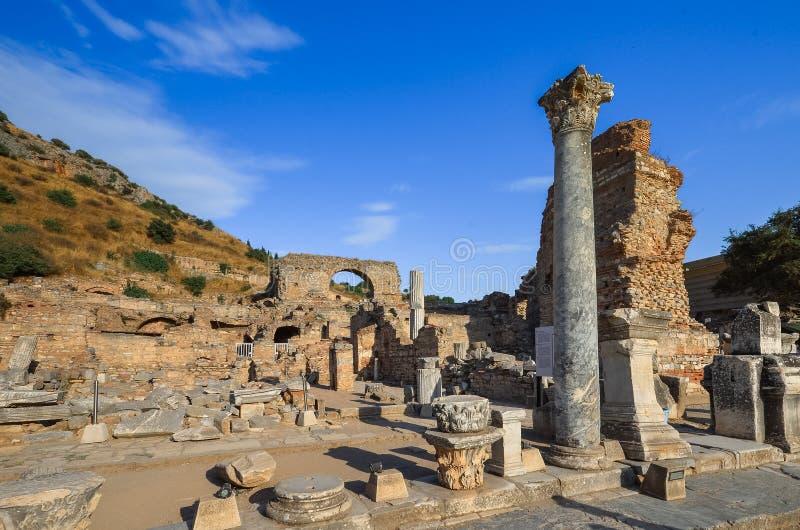 有剧院和Celsus图书馆的,土耳其以弗所古城的废墟 免版税库存照片