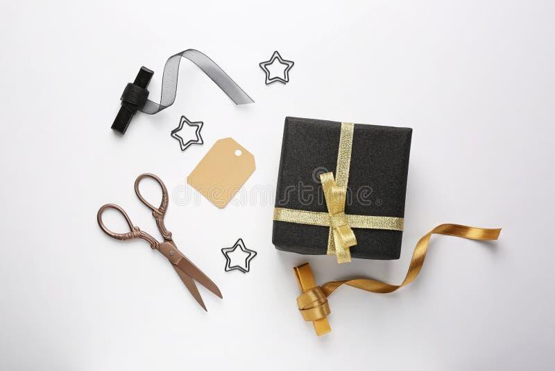 有剪刀和丝带的美丽的礼物盒在白色背景 免版税库存图片