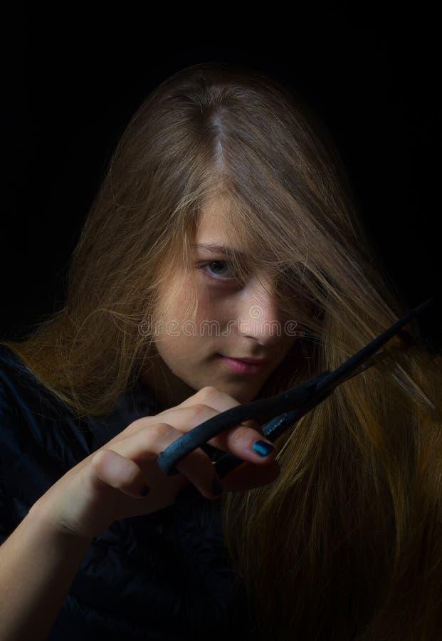 有剪刀的低调女孩讽刺画象切口头发 免版税库存图片