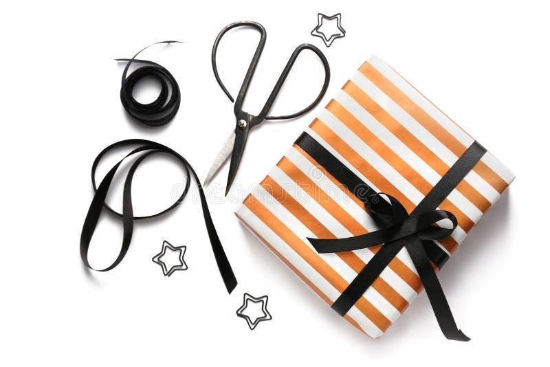有剪刀的美丽的在白色背景的礼物盒和丝带 免版税库存照片