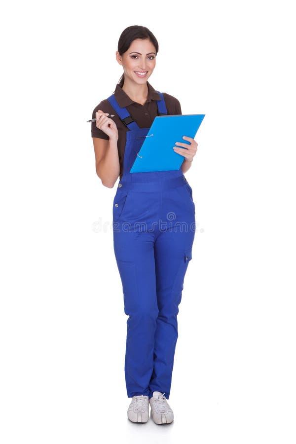 有剪贴板的女性管道工 库存照片