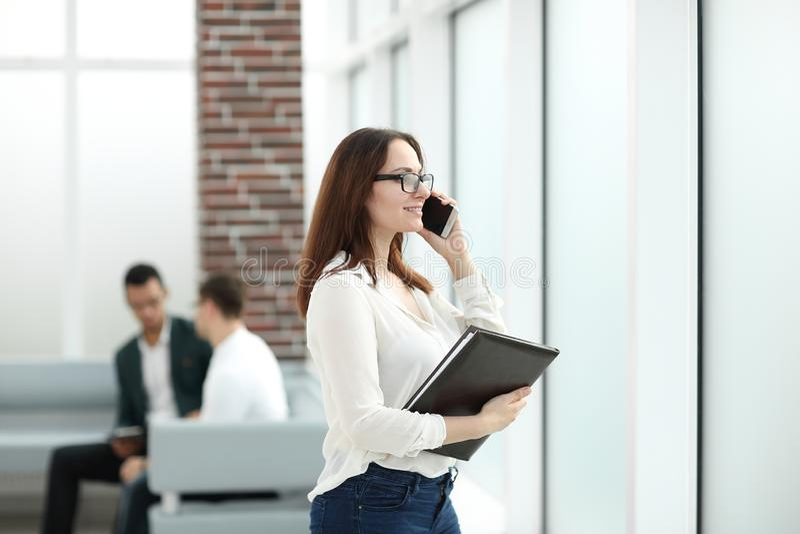 有剪贴板的行政女商人谈话在手机 库存照片