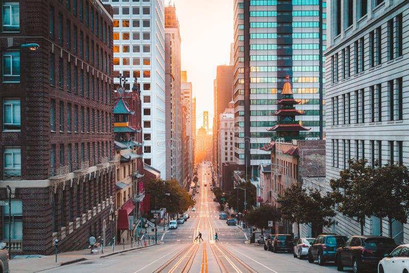 有加利福尼亚街的街市旧金山在日出,旧金山,加利福尼亚,美国 免版税库存照片