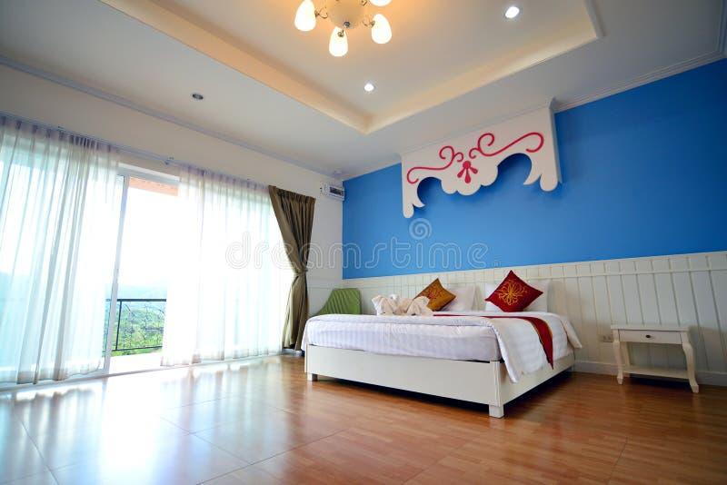 有加长型的床的度假旅馆空间 免版税库存图片