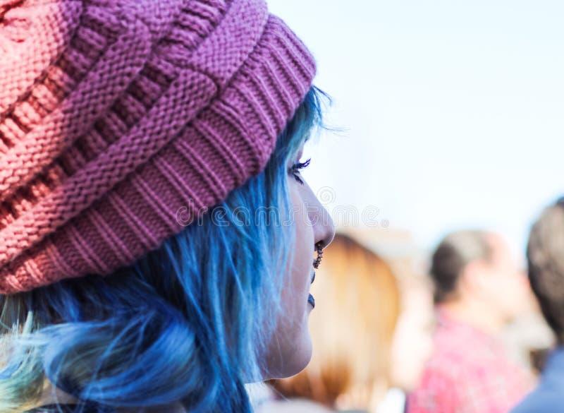 有动物之鼻圈蓝色头发和猫的俏丽的妇女有在妇女3月在土尔沙俄克拉何马美国1-20-2018 免版税库存照片