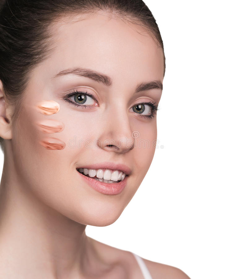 有化妆基础的妇女在皮肤 库存图片
