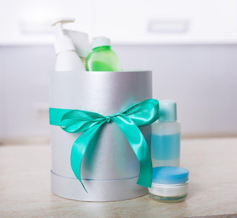 有化妆用品的礼物盒 免版税库存照片