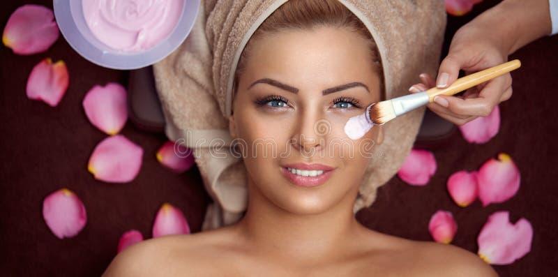有化妆面部面具的画象妇女 免版税库存照片