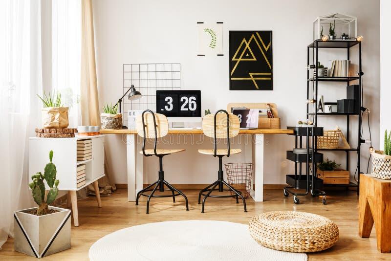 有北欧装饰的现代室 免版税库存照片