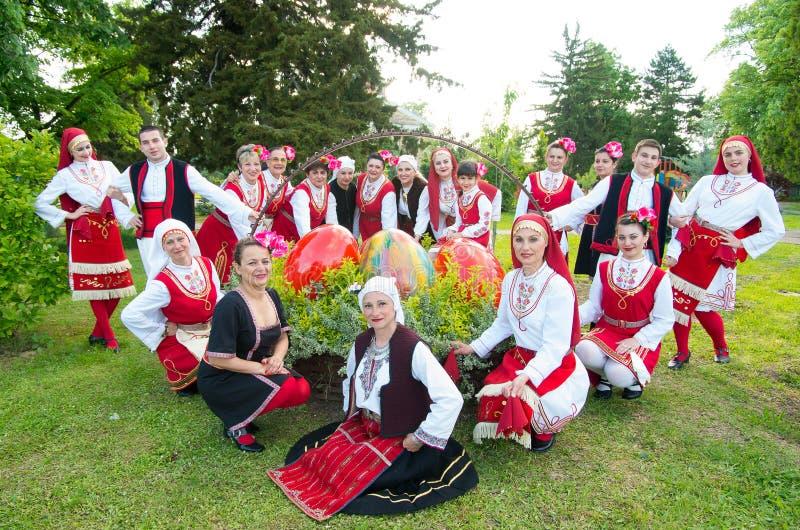 有区域的传统服装的人们庆祝复活节 免版税库存照片