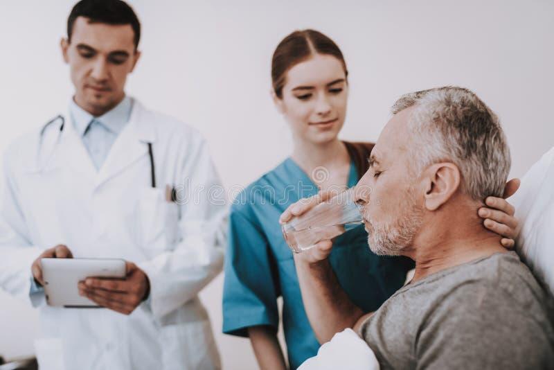 有医生和护士的病的人在医院 库存图片