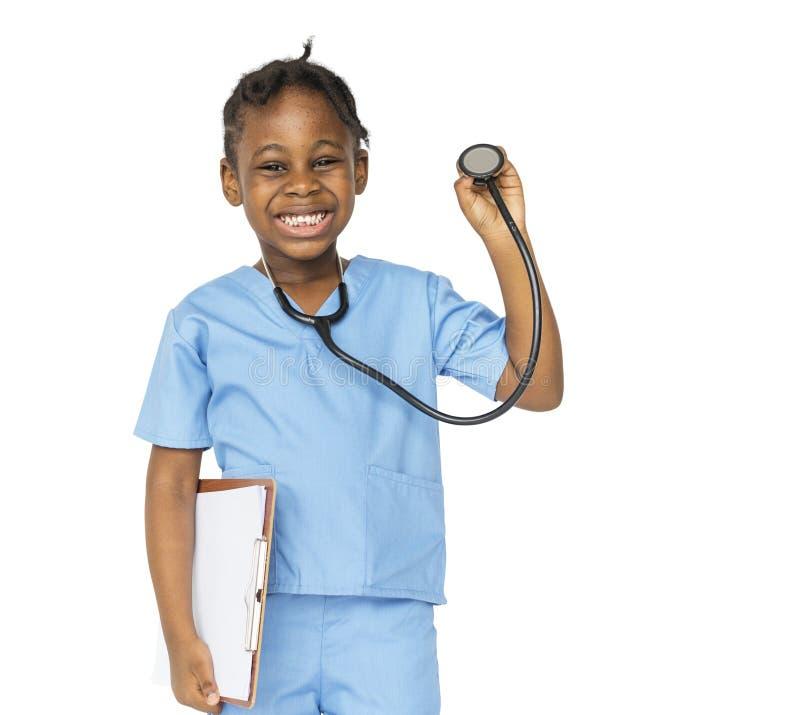 有医生梦想工作微笑的小女孩 免版税库存照片